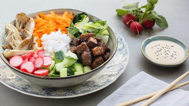 Pokebowl met Asian tempeh van BUMI met ingelegde radijs en komkommer