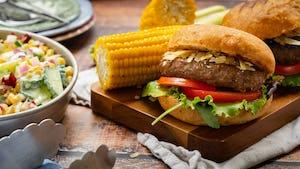 Runderburger op brioche met maiskolven   Recept uit de snelle maaltijdbox