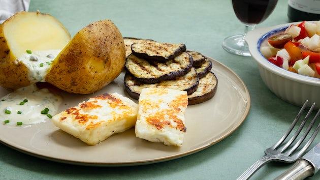 Gepofte aardappel met haloemi en salade   Recept uit de BBQ krat