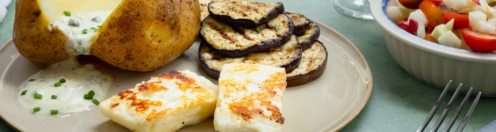 Gepofte aardappel met haloemi en salade | Recept uit de BBQ krat