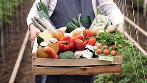 Krat met producten vastgehouden door de boer