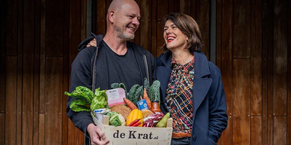 Jacqueline met streekproducten boodschappenkrat Weekendkrat Extra