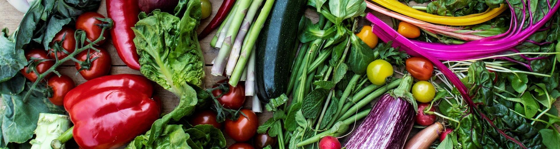Veel diverse lokale groenten door elkaar heen