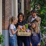 Martijntje met gezin en maaltijdbox de krat