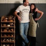 Het team van Jordy's Bakery poseert bij brood