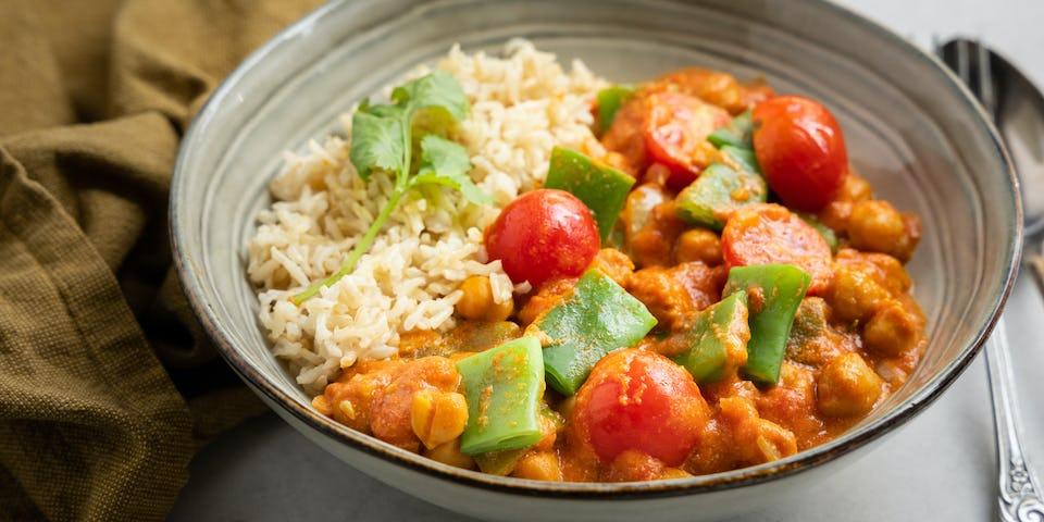 Vegan curry met snijbonen kikkererwten en cherrytomaatjes   Maaltijdbox recepten