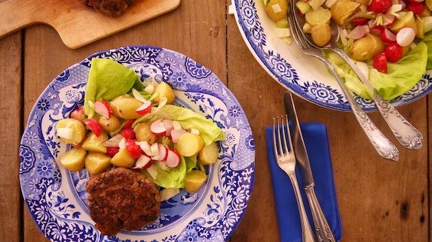 1230 Tartaar Speciaal Met Lauwwarme Salade Van Krieltjes Radijsjes En Hollandse Sla