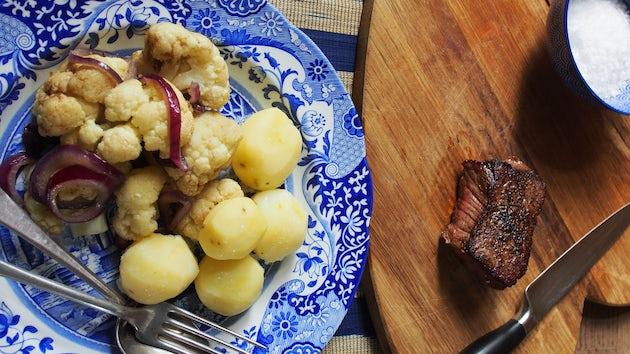 1417 Hollandse Biefstuk Met Bloemkool Uit De Oven En Gekookte Aardappels