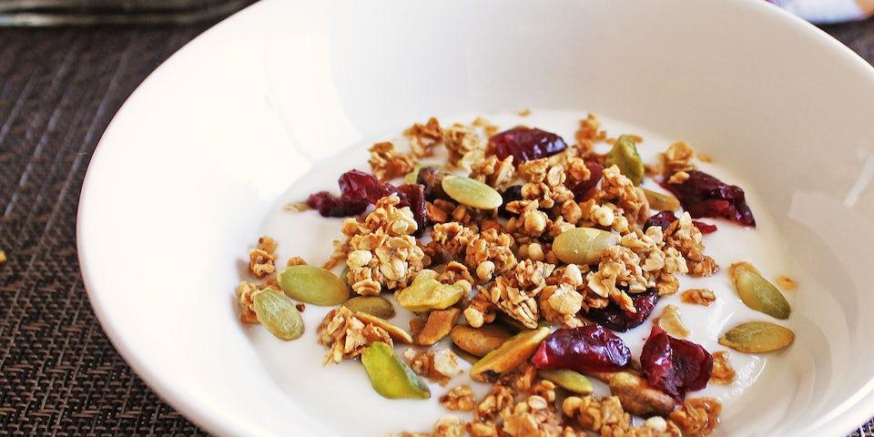 1646 Yoghurt Met Zelfgemaakte Granola En Zomerfruit