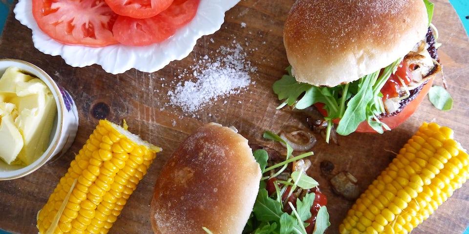 1833 Vega Hamburger Op Een Bolletje Met Maiskolf En Coeur De Boeuf Salade