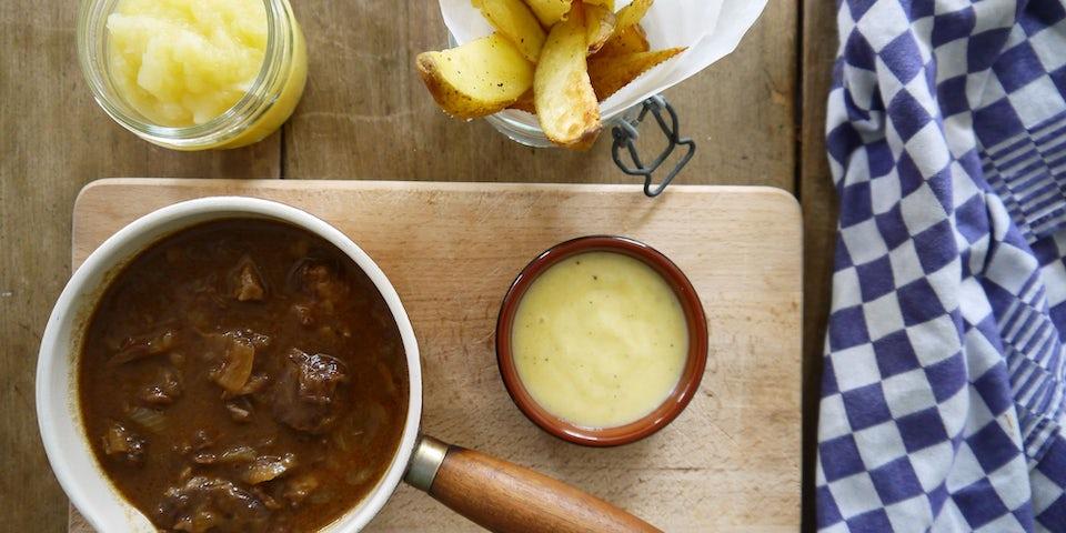 1843 Limburgs Zuurvlees Met Aardappelwedges En Zelfgemaakte Appelmoes