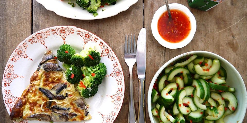 1864 Omelet Met Portobello Geroerbakte Broccoli En Mrs Hot Shot Van Pepper Pot