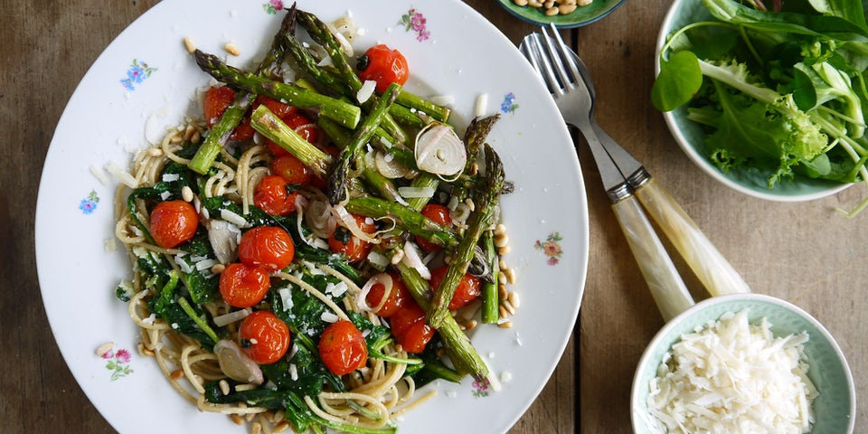 Spaghetti met geroosterde Groene Asperges Pijnboompitjes en Parmezaan