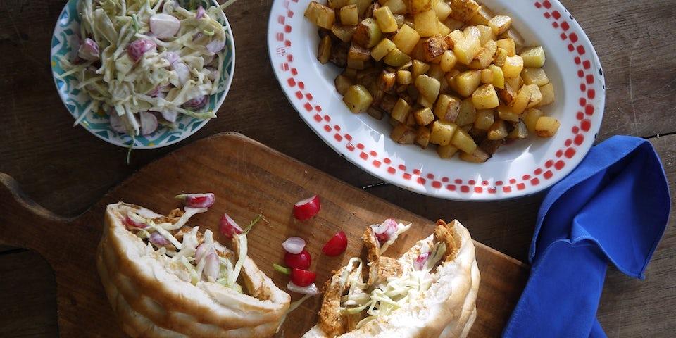 2075 Turks Broodje Met Gekruide Kipfilet Frisse Coleslaw En Gebakken Koolrab