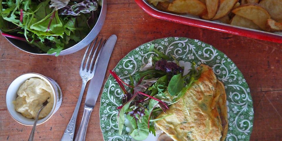 2169 Gevulde Omelet Met Ovenfrietjes Mayo En Sla