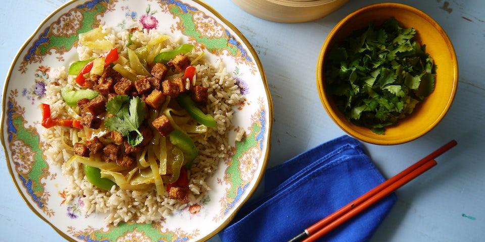 2248 Curry Van Witte Kool Met Spicy Tofu Blokjes En Rijst