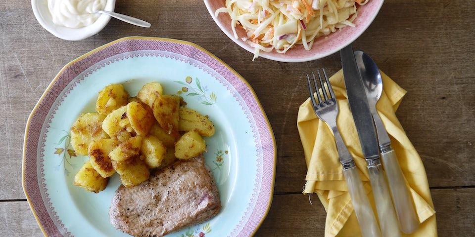 2250 Varkensschnitzel Met Coleslaw En Gebakken Aardappel