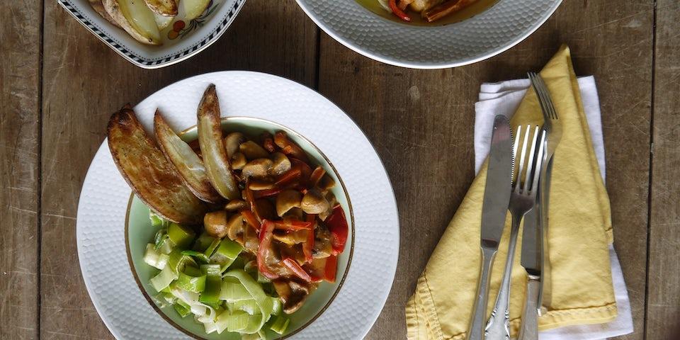 2265 Vegetarische Stroganoff Met Aardappelwedges En Gesmoorde Prei