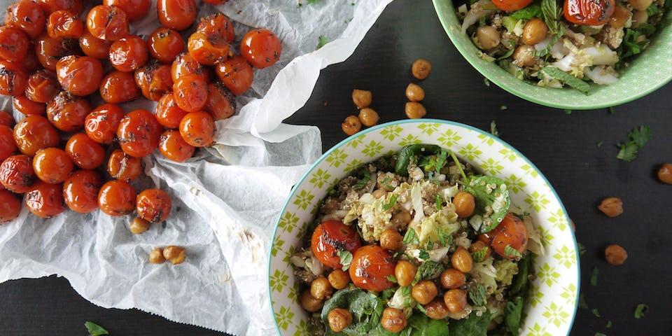 2278 Maaltijdsalade Met Quinoa Tomaatjes Uit De Oven En Knapperige Kikkererwten