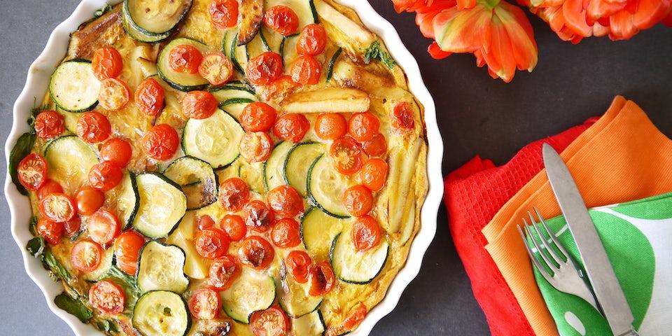 2293 Tortilla Van Tomaatjes Aardappel En Courgette Geserveerd Met Waterkerssoep
