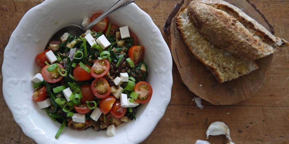 2321 Lauwwarme Salade Van Linzen Cherrytomaat En Spinazie Met Knoflookbrood