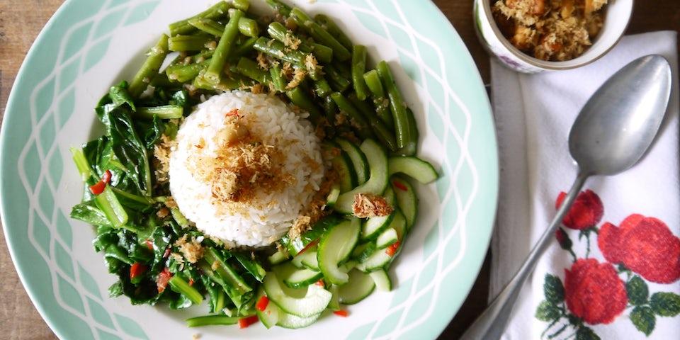 2365 Indonesische Sayor Lodeh Boontjes Met Snijbiet Rijst En Zure Komkommer