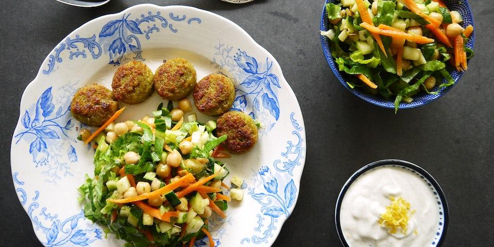 2380 Marokkaanse Salade Met Falafelballetjes En Yoghurtsausje