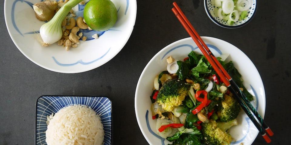 2394 Roerbak Van Broccoli Paksoi Paprika Limoen En Cashew Noten