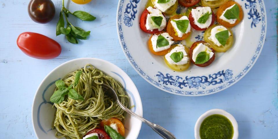 2407 Spaghetti Met Verse Pesto Gekleurde Tomaten En Mozzarella