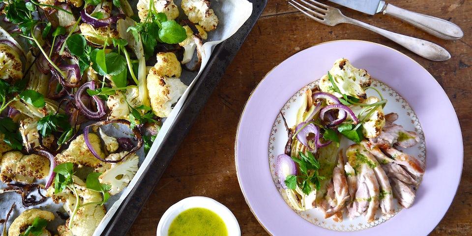 2493 Kippendijenvlees Met Salade Van Waterkers Met Geroosterde Bloemkool Venkel En Dragon