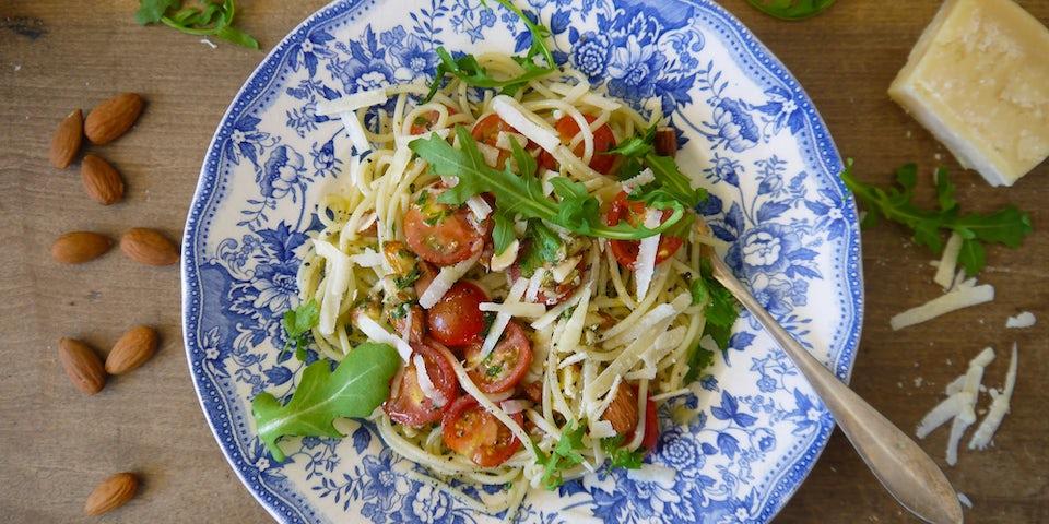 2496 Spaghetti Met Cherry Tomaatjes En Een Pesto Van Amandel Ansjovis En Peterselie