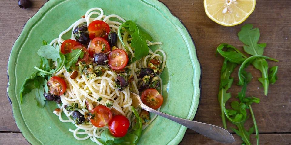 2497 Spaghetti Met Cherry Tomaatjes En Een Pesto Van Amandel Olijven En Peterselie