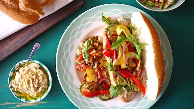 2498 Broodjes Gegrilde Groenten Met Hummus En Een Salade Van Linzen Tomaatjes En Venkel