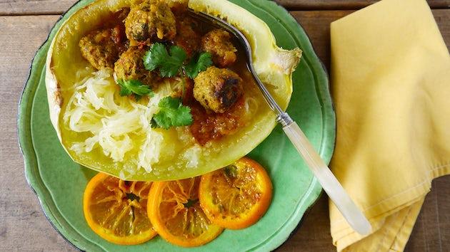 2526 Spaghettipompoen Gevuld Met Marokkaanse Gehaktballetjes In Kruidige Tomatensaus