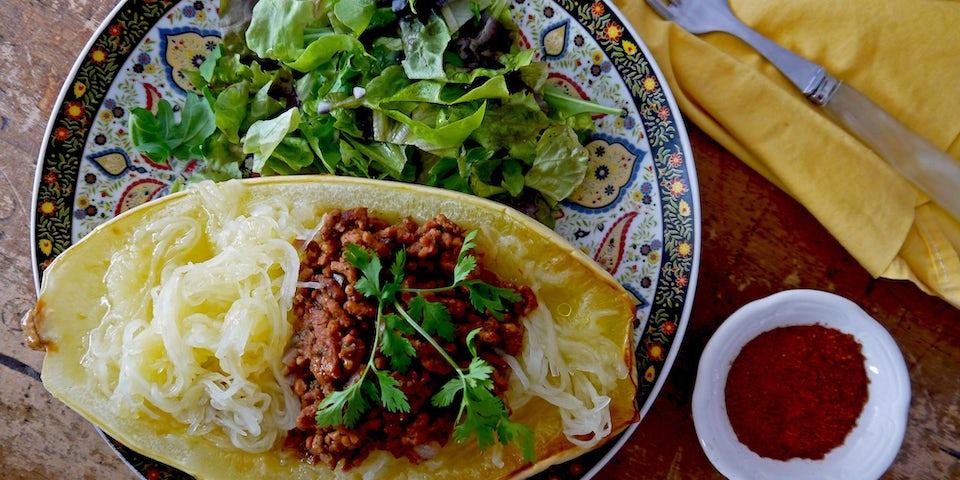 2527 Spaghettipompoen Gevuld Met Vegetarisch Gehakt In Kruidige Oosterse Tomatensaus