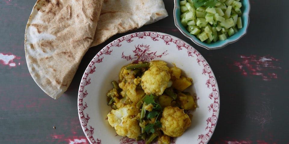 2529 Indiase Curry Van Bloemkool Aardappels En Boontjes Met Flatbread En Komkommersla