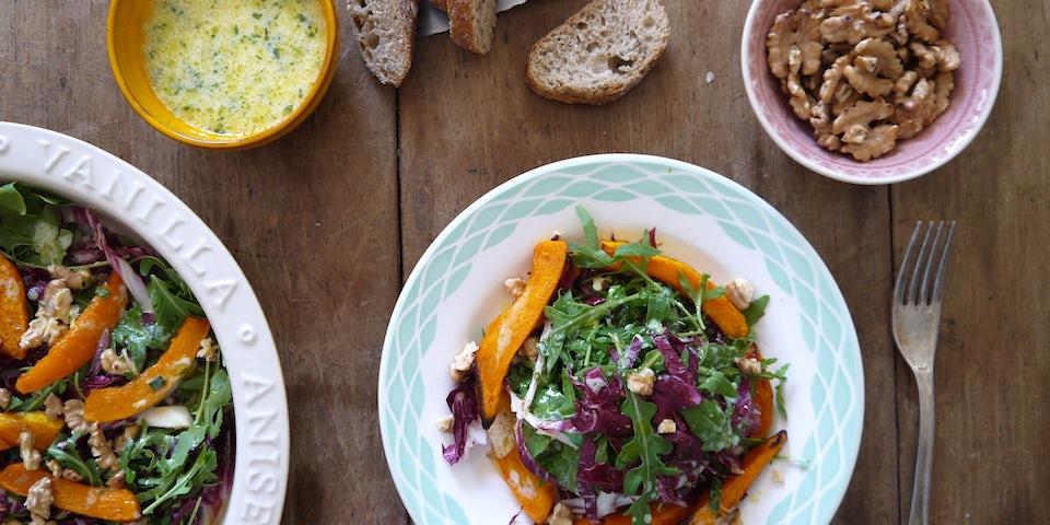 2542 Geroosterde Pompoen Salade Met Rucola Roodlof En Een Karnemelk Dressing