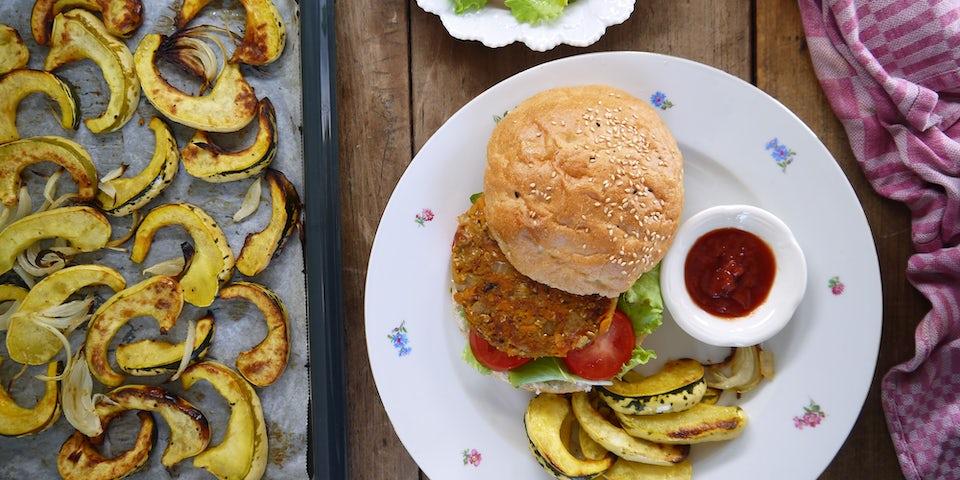 2594 Beantastic Burger Op Een Broodje Met Tomaat En Sla Met Geroosterde Sweet Dumpling