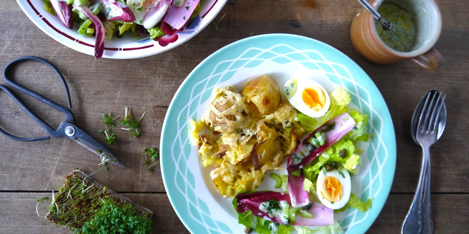 2627 Geplette Aardappels Met Kaas Uit De Oven En Een Gevulde Salade Met Ei