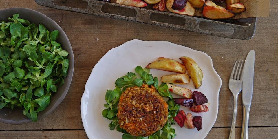 2776 Beantastic Burger Op Een Bedje Van Veldsla Met Geroosterde Bieten Pastinaak En Aardappels