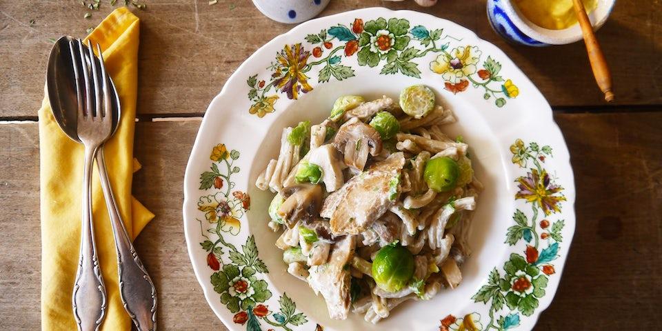 2809 Vegetarische Kipstuckjes In Champignon Dragon Mosterdsaus Met Pasta En Spruitjes