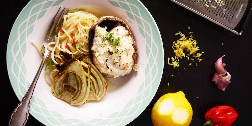 2830 Portobello Gevuld Met Ricotta En Citroenrasp Met Geroosterde Venkel En Spaghetti Aglio Olio