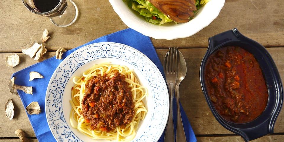 2881 Pasta Met Ragu Classico Van Coco Met Frisse Salade