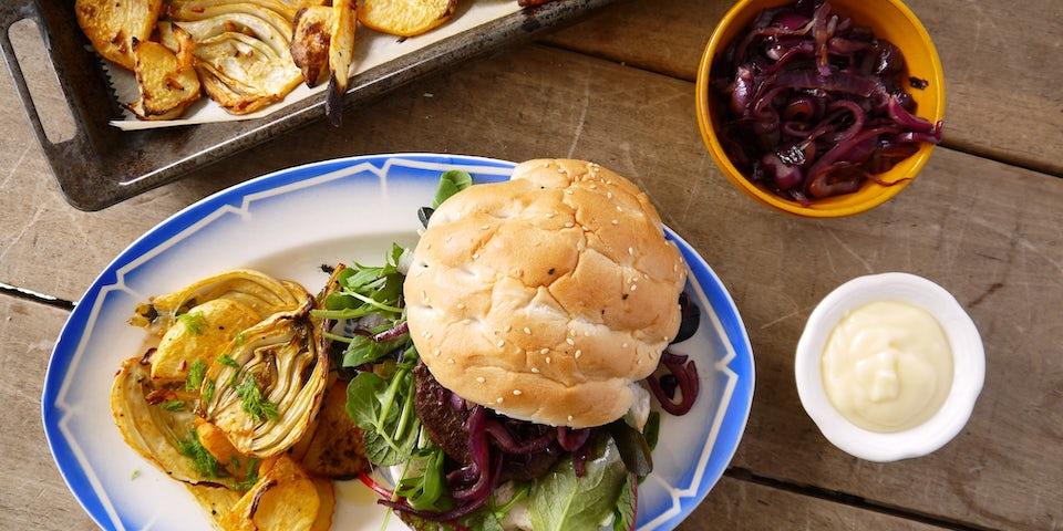 2913 Broodje Runderhamburger Met Uienrelish En Geroosterde Groenten