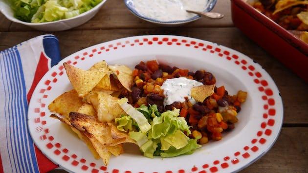 2915 Chili Sin Carne Met Tortillachips En Muntyoghurtsaus Tortilla Chips En Fris Slaatje