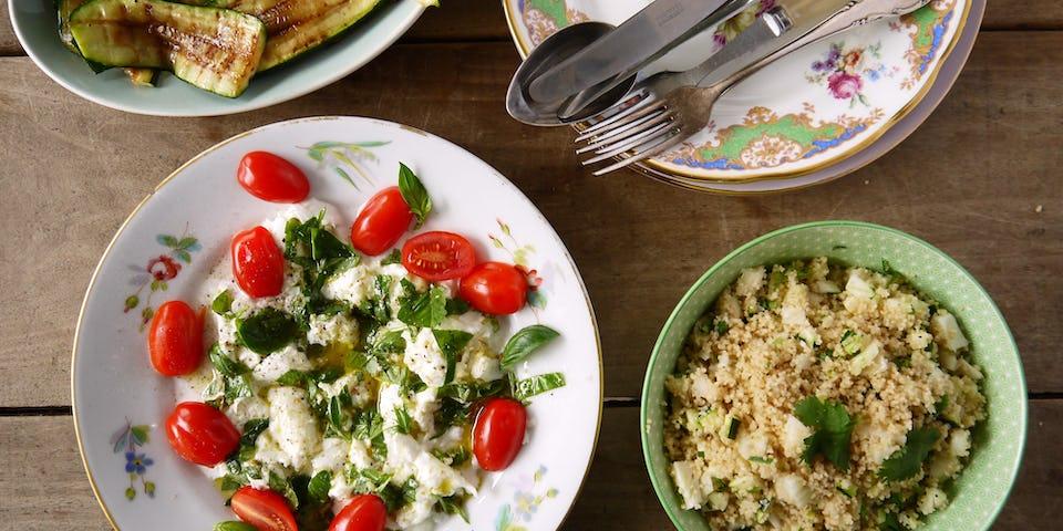 3024 Gemarineerde Mozzarella Met Cherry Tomaatjes Korianderlimoen Couscous En Gegrilde Courgette