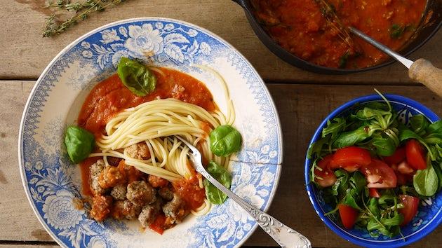 Maaltijdbox recept spaghetti met Italiaanse worst, tomatensaus en sla