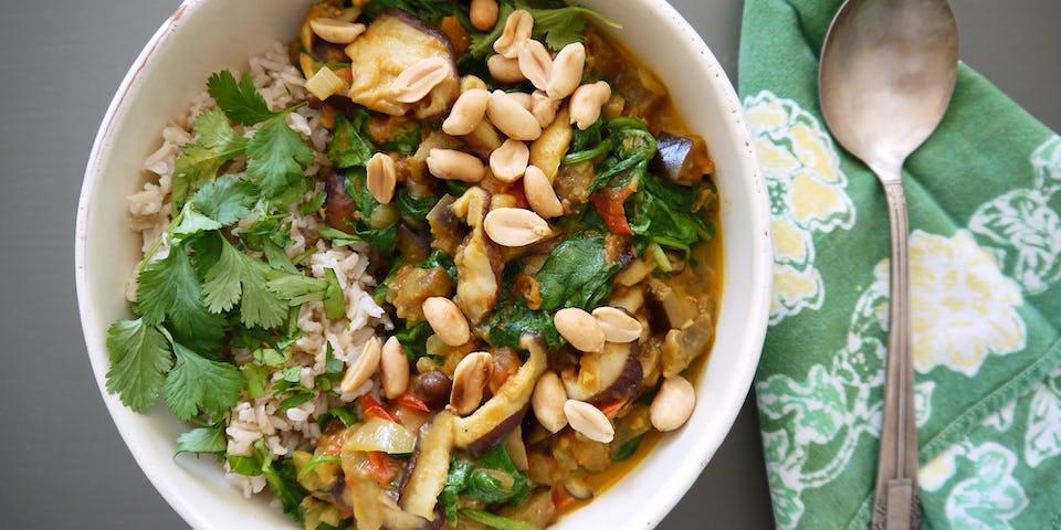 Curry Van Shiitake Spinazie Aubergine En Pinda Met Rijst En Koriander   maaltijdbox recepten