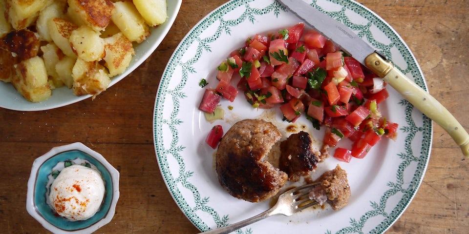 3092 Gehaktbal Met Gestoofde Chioggia Biet Met Paarse Lente Ui Peterselie En Gebakken Aardappels