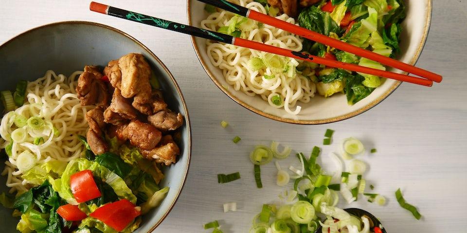 3093 Roerbak Van Kippendij Snijbiet Paprika Chinese Kool Met Noedels